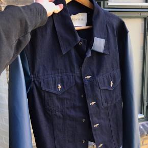 Sælger denne her dejlige jakke fra Tonsure som jeg aldrig har brugt! Ærmerne er i super lækkert koskinds materiale.  HELT NY MED TAG!  Nypris 1700kr Salgspris 1200kr eller kom med et bud! Er klar på hh