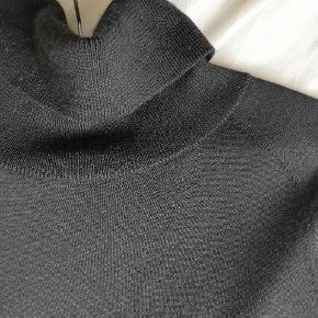 Fin strikket kjole i A-form. 100 % merino uld.