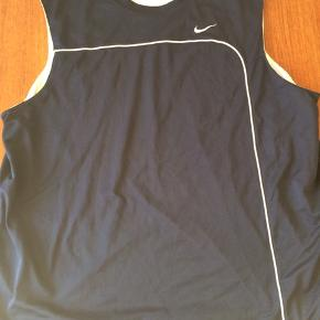 Reversible/vendbar tank top fra Nike. Brugt få gange og i fin stand. Mørkeblå og hvid. Str. 3XL.