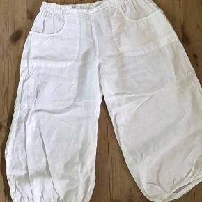 Skønne hør bukser i tyndt luftigt stof. Haremsbukser med elastik i taljen og bukseben. 3/4 lange. Talje fra 90-ca 120. Kan passe str 46, 48, 50 (XL, XXl).