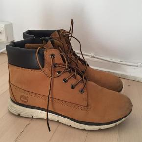 Varetype: Støvler Farve: Brun  Lækre støvler fra Timberland. Str 38. Dejlige at gå i og med blød sål.   Billederne viser at de er lidt brugte, men det sidste år har de stået i skabet, så det er kun skønhedsfejl de har :) nypris var 1200. Ikke foret. Ægte nubuck. Flere billeder kan sendes