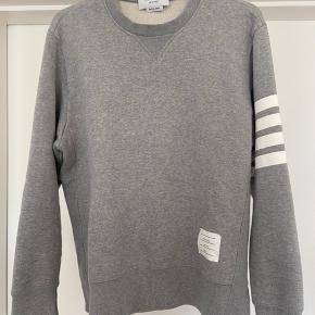 Thom Browne sweatshirt sælges, da den ikke passer længere. Købt hos Storm, hvor mærket stadig forhandles.  Størrelse 3, hvilket svarer til en large. Se pasform på modelbilleder (fra Farfetch.com).