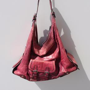 Brugt læder taske. Farven er slidt, resten er i god stand.  Stor taske. Størrelse: L. 42 cm; H.: 32 cm; B.: 17 cm Kan sendes eller afhentes i Kolding.