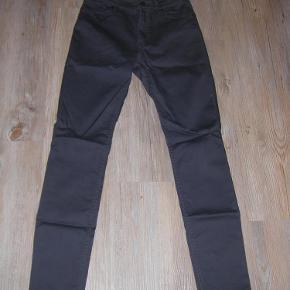 Varetype: Jeans Farve: Grå  Virkelig dejlige bukser/Jeans fra H&M. Str. 40. Kun brugt få gange. Sendes med GLS.