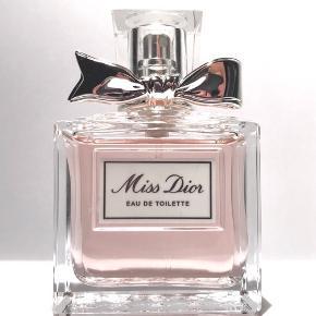 Skøn duft. Ser helt ny ud. 50 ml.  Den er kun blevet brugt 1-2 gange, der er stadig massere væske tilbage!