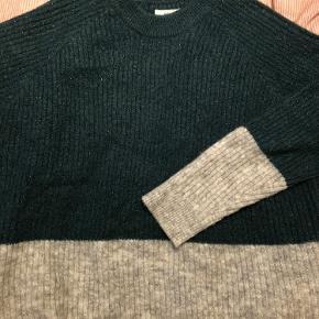 Oversize sweater med glimmer i. Klassisk envii model med striben på midten, som går over i en anden farve