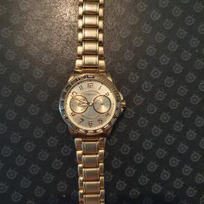 Sælger mit Dyrberg Kern ur. Uret er ca. 3 år gammelt og nyprisen var 1700 kr. Uret sælges for 550 kr, da det har en lille smule brugs ridser, dog ikke i glasset, og fordi der skal nyt batteri i. Eller kom med et bud. Kvittering haves ikke længer. Befinder sig tæt ved 9800 Hjørring, men sender gerne.
