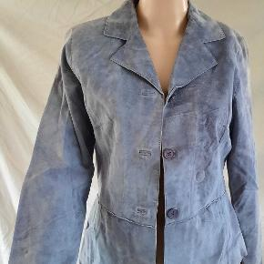 This used purple leather jacket is in good condition. There is some dark markings around the collar in the back. I also noticed some discoloration in front of the jacket as well as shown in the pictures. This used purple leather jacket is made of 100% polyester inside.  The brand is Brandon Thomas and this is a size small from USA.   visit debstilbud.dk