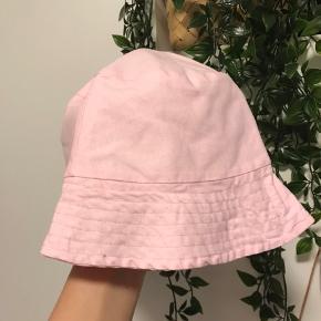 Fine bøllehatte i pastel lyserød og lilla  Pr stk 100kr