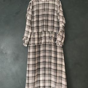 Kjolen er aldrig brugt. Nåede desværre at pille prismærket af, inden jeg fortrød købet. Sælger fordi den er lidt for stor til mig. 🌸  Str.: S  Nypris: 1.200 kr.
