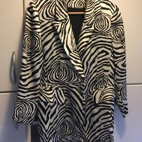 Skøn zebra mønstret jakke i satin, stort set ikke brugt. Køber betaler porto
