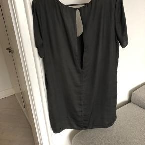 Smuk kjole fra Envii, oplagt til julefrokost.  Passes af M. Jeg sælger en magen til i Rosa.