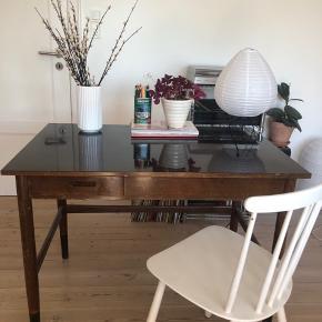 Flot, gammelt skrivebord i mørkt træ med blank overflade sælges. Skrivebordet måler: længde: 100 cm, bredde: 65 cm, højde: 73 cm. Skrivebordet har patina og lidt skrammer, men er ellers i god stand. Afhentes i Odense.