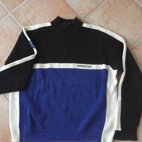 Chinook Varetype: Trøje - Bluse - Strik Farve: Blå - Sort - Hvid Oprindelig købspris: 799 kr.  Hellængde:70cm Bredde:2x69 cm  100% Bomuld