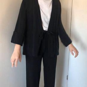 Sort/grå blazer fra TRF, Zara :-) Detaljer: sort/grå-stribet, binde-sløjfe til at lukke, S/M