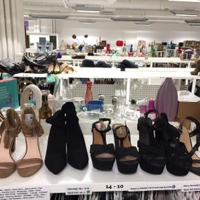 Sandaler, str. 41, Næsten som ny Jeg sælger festsko, sandaler og støvletter i str. 41. De fleste nye og ubrugte eller meget lidt brugte. Mærker som Urban Outfitters, ZARA, New Look, Truffle, Missguided med mere. Nypris op til 1000 kr. Jeg vil gerne have dem solgt hurtigt, så de koster kun fra 20 til 60 kr. pr. par. Priser på første billede fra venstre: Brune FOREVER 21 blokhæle m. tassels (NYE), 40 kr. Sorte slim sock boots fra Nelly (NYE) 60 kr Sorte ZARA Trafaluc plateauhæle - brugt én gang 35 kr. Sorte Urban Outfitters plateauhæle - nypris 1000 kr. brugt én gang 45 kr. Sorte NEW LOOK stiletter, str. 41/42 - passer en 41 - brugt nogle gange - 20 kr. Grå Missguided støvler med nitter (NYE) på et andet billede koster 60 kr. De kan købes hos Lidkøb loppesupermarked Østerbro, Strynøgade 7, 2100 København Ø til og med den 22. juli. De har åbent alle hverdage fra 10-18 og lø/sø fra 10 til 17. DE STÅR I STAND 14-10, hvor der også sælges en masse fint og billigt tøj i størrelser fra S til L. Der fyldes op med flere sko i str. 41 hver til hveranden dag :-) Jeg kan også hente og sende sko/støvler, hvis de ikke er solgt. Fragt koster 37 kr. pr. par (billigere ved flere par) Sorte støvler med nitter: SOLGT Sorte sandaler med nitter: SOLGT