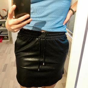 """Nederdelen er af ægte skind og modellen hedder """"New Pillie Leather Skirt""""."""