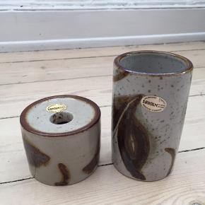 Retro vase og lysestage fra Søholm sælges. Super stand med originalt klistermærke fra Søholm.  Vase: 10.5 cm høj, 6 cm i diameter Lysestage: 5,5 cm høj, 7 cm i diameter.  Sælges samlet for 225 kr.