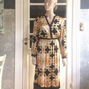 Lækker 60'er-inspireret kjole fra Richard Allen x H&M.  Kraftig satin i viscose med flot print.  Se også mine mange andre sager. Jeg giver gerne mængderabat.  . #richardallen #trendsalesfund