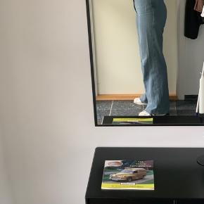 Acne studios vidde jeans  ✨   Modellen er lang i benene. Jeg er selv 180 cm høj.   Skriv for flere billeder 😊