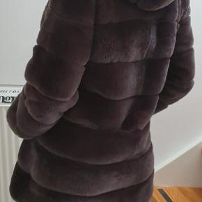Smukkeste pelsjakke fra Stampe pels af mærket Lewinsky. Jakken blev købt i går ved et fejlkøb og er derfor helt ny og ubrugt. Kvitteringen haves. Jeg købte jakken på tilbud til 3998, som også er det jakken sælges til og ikke under den angivede pris. Nyprisen er 8000. Med kvittering er der tilmed 2 års reklamtionsret. Farven er cold brown/chokolate.  Jakken er af fineste kvalitet af Rex kanin (slidstærkt og fælder IKKE) og hætten er af rævepels.  Størrelsen er onesize og passes af en small - medium. Jeg er selv small/medium og den har den perfekte pasform.