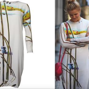 Sælger denne fine silkekjole fra samarbejdet mellem Stine Goya og kunstner John Kørner. Den er 100% silke, super blød og falder super flot. Den er str. xs/s i størrelsen.   Bytter ikke, men byd endeligt. Tænker en pris på 1000,- men bud er meget velkomne.   Ved TShandel betaler køber gebyrer, men det er også helt ok med mig at handle over mobilepay.  :)