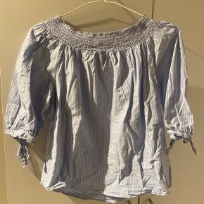 Super sød skjorte/bluse som kan bruges som skulder bluse eller almindelig, super god stand