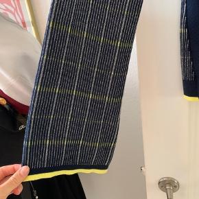 Fantastisk strikket bluse fra storm og Marie. Blå med gule detaljer og sølv tråde, som giver lidt glitter. En smule brede ærmer. Passer en str. S-M