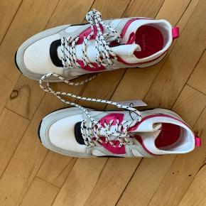 Helt nye sneakers fra Bershka. Retro look.