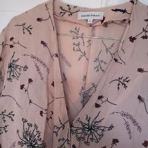 Flot bluse med blomster mønster fra Second female med løbegang i taljen, som sikrer en feminin pasform. Så pæn som ny.  Køber betaler fragt.
