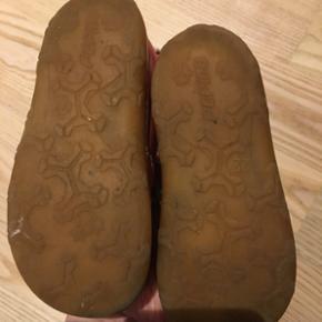 Pepino Skindsko i fin hindbærfarve. Str.22, indvendig mål 14,3 cm. Brugt til et barn