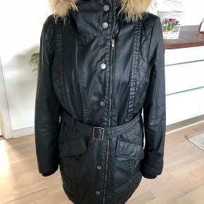 Frakken er vandtæt og i coated stof.