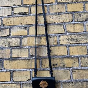 Superfin lille taske/crossbody til mobiltelefon/credit card. Passer bla til iPhone 4 og 5. Men kan også bare bruges som pung.  Mulberry mobiltaske, model Daria mini messenger af sort skind, front med Mulberry plakette, aftagelig rem. 12,5 x 7,5 cm.