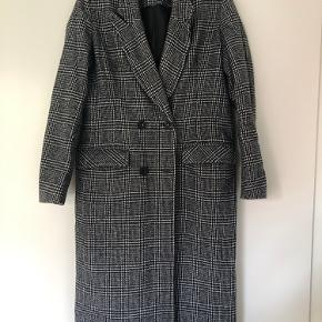 Lækker frakke fra BooHoo i str. M Frakken mangler en knap (se billede) (derfor også den billige pris) - men man kan altid sy en ny knap i 🌸