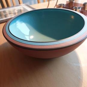 Glaseret skål i keramik fra kunstforeningen  Aldrig brugt  Kan sendes sikkert  Se også gerne alle mine andre annoncer