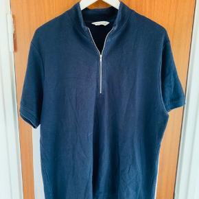 Samsø samsøe  T-shirt med lynlås, super lækker kvalitet  Sælges da jeg desværre ikke rigtigt har fået den brugt,  Fejler intet     Nypris omkring de 4-500kr