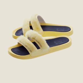 Oh! by kopenhagen Fur x H2o sandaler med minkpels i pastelgul. Konceptet tilbragt af Freja Wewer. Kun brugt til indendørsbrugt samt rundt i haven, derfor kun brugstegn under sandalen. Kan også bruges som hjemmesko.  Udsolgt i 38 alle steder