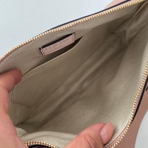Sælger min LOEWE Puzzle textured-leather and suede shoulder bag. Tasken er udsolgt flere steder. Fik den i gave sidste år. Kvittering haves ikke. BYD.  Kan sendes forsikret på købers regning, eller handles via. TS eller afhentes i Århus  Tasken er helt ny, aldrig været i brug.  L: 25  H:17
