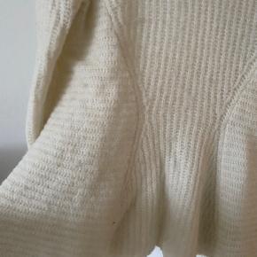Brugt få gange. Blusen er 46% uld, 16 alpaca, 36 nylon og 2% lycra