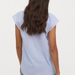 Blå skjorte fra H&M i blød kvalitet. I mærket står str. 42, jeg er en medium og jeg passer den. Jeg sælger en magen til i hvid. Jeg sender gerne :-)