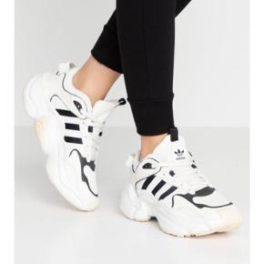 Adidas magmur sælges da de ikke helt var det jeg ønskede, brugt en enkelt gang💛 der er en lille plet bag på skoen, som jeg ikke ved om kan komme af. Derfor er prisen sat lidt lavere💛 De sælges for 400 kr💛 OBS størrelsen er 37 1/3