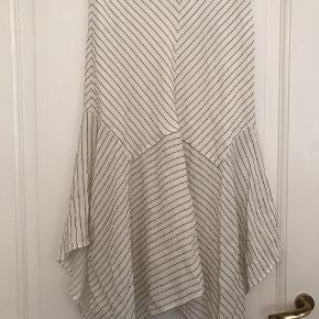 Ganni Wilkie Seersucker skirt. Kun brugt få gange og vasket en enkelt gang. Fremstår som ny uden brugsspor eller tegn på slid! 100% silke. Str 40, men lille i str!
