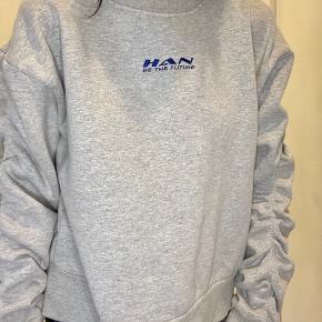 HAN Kjøbenhavn sweater med rynkede ærmer, brugt 2-3 gange kun så den er nærmest helt som ny ✨  PRISEN ER FAST!