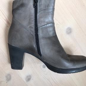 Meget lækker kort støvle i ægte skind og  med fine detaljer. Sål/hæl er kunststof og helt lydløse at gå med. Brugt 3 gange.
