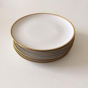 Små tallerkner med fin guldkant. Sælges samlet for 100kr.