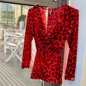 Meget flatterende rød leopardbluse fra Chiara Forthi❤️