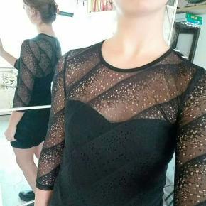 Tætsiddende kjole fra Ejji med flot unikt broderi mønster, sort underkjole og knap-lukning i nakken. Lang lynlås i siden🌹  Byd gerne!! 🙋 Rabat ved køb af flere produkter - alt skal væk🌻  Skriv for flere billeder og information💌