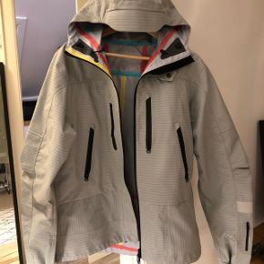 Sælger denne limited edition jakke! Den er fra samarbejdet mellem Soulland og 66 North! Den er med refleksdetaljer og perfekt til vinteren! Bud modtages og trades med sneakers og støvler! Fyr løs! :)