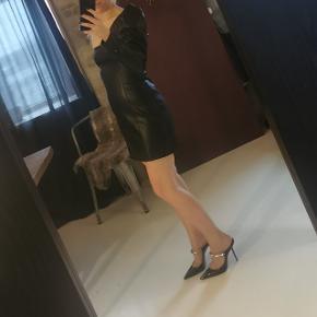 Kjole i imiteret læder
