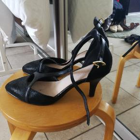 Fine stilletter med remme. Skoen måler 24,5 indvendigt og har en ca 8 cm hæl.